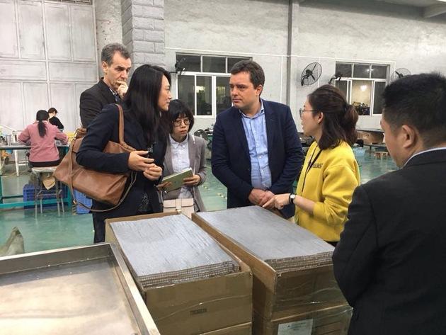 Wido Fath hat schon viele Standorte in China kennengelernt ? gemeinsam mit Xia Xu-Fees, Leitung Business Development der Zhongde Metal Group GmbH, besichtigte er Unternehmen in Jieyang.