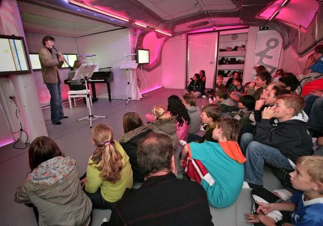 Das Migros-Kulturprozent bringt klassische Musik an die Primarschulen / Der erste fahrbare Konzertsaal der Welt zum zweiten Mal in der Schweiz