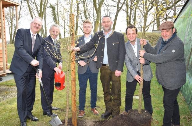 LBS Ost pflanzt Bäume / Je Bausparvertrag ein Euro als Spende für den deutschen Wald