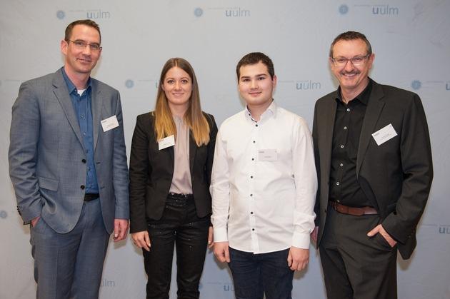 Niederlassungsleiter Thomas Vögel (re.), Business Manager IT Sascha Fennell (li.) und Personalreferentin Nadine Lattoch vom FERCHAU-Standort Ulm gratulieren dem Stipendiaten Pascal Weber.