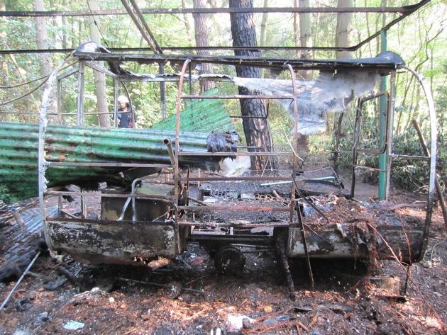 Wohnwagen-Brand in einem Waldgebiet