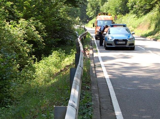 Wer hat das Fahrzeug gesehen, das am Mittwochvormittag an der Steigungsstrecke zwischen Kaiserslautern und Morlautern die Schutzplanke beschädigt hat?