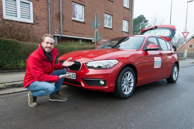 Zum ersten Mal händigt Postcode-Moderator Felix Uhlig dem Straßenpreis-Gewinner zusätzlich einen Neuwagen aus. Foto: Postcode Lotterie/Wolfgang Wedel