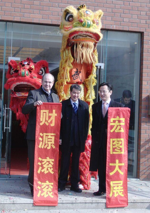 """In dieser Woche eröffnete der LPKF-Vorstandsvorsitzende Dr. Ingo Bretthauer gleich zwei neue Vertriebs-und Servicestandorte in Asien. In China ist LPKF bereits an sechs Standorten vertreten und hat nun mit einem Vertriebsbüro in Shanghai eine siebte Niederlassung mitten in einem dynamischen Zentrum der chinesischen Elektronikindustrie dazu gewonnen. LPKF CEO Dr. Ingo Bretthauer (links), Matthias Hu (Mitte, managing director LPKF Tianjin) und Gene Feng, head of the new office in Shanghai. +++ LPKF Chairman of the Board of Managing Directors Dr. Ingo Bretthauer opened two new sales and service branches in Asia this week. LPKF already had six sites in China, and has now added a seventh branch office with its new sales and marketing office in Shanghai - in the dynamic center of the Chinese electronics industry. +++ Die Verwendung dieses Bildes ist für redaktionelle Zwecke honorarfrei. Veröffentlichung bitte unter Quellenangabe: """"obs/LPKF Laser & Electronics AG"""""""