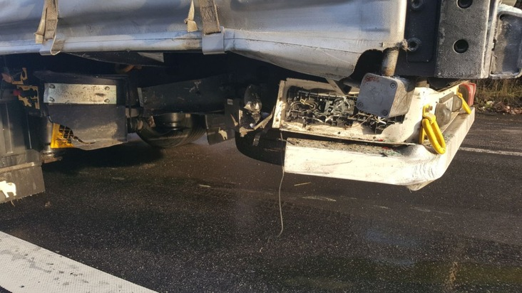 beschädigter Auflieger des vorausfahrenden LKW's