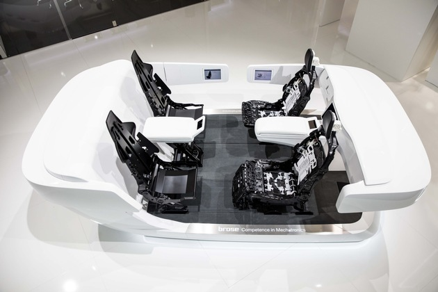 Das Innenraumkonzept von Brose ermöglicht verschiedene neue Nutzungsszenarien zum Arbeiten und Entspannen, etwa für Besprechungen mit bis zu vier Teilnehmern.