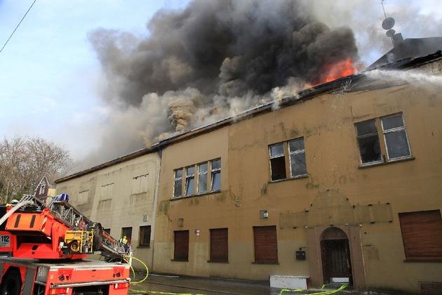 Immer wieder brannte die Dachhaut durch. Wenn Luft an das Feuer kommt, zündet auch die Dacheindeckung, Bitumen verbrennt, der Rauch wird dunkel. Foto: Mike Filzen