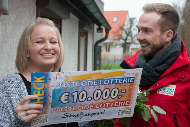 """Beim Anblick der Gewinnsumme auf dem Scheck entfuhr es der 36-Jährigen: """"Hammer! Hammer! Hammer!"""" Foto: Postcode Lotterie/Wolfgang Wedel"""