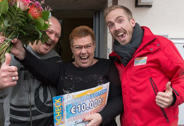 So sieht Gewinnerfreude aus: Straßenpreis-Gewinnerin Angelika (m.) mit Ehemann Kurt (l.) und Postcode-Moderator Felix Uhlig (r.). Fotocredit: ?Postcode Lotterie/Wolfgang Wedel?