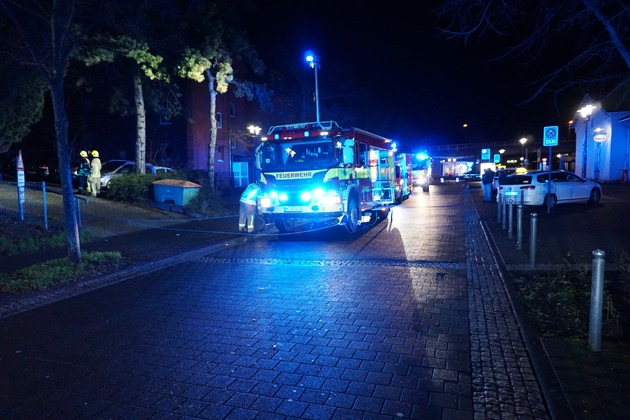 FW Ratingen: Auto rollt Treppe runter - Mann eingeklemmt