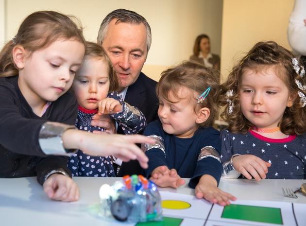 Vodafone CEO Hannes Ametsreiter codet gemeinsam mit Kita-Kindern