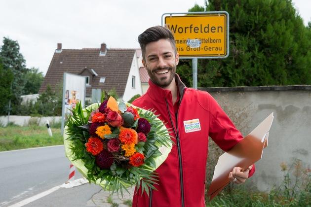 Postcode-Moderator Giuliano Lenz hat ihr die Gewinnerschecks persönlich überbracht. Foto: Postcode Lotterie/Wolfgang Wedel