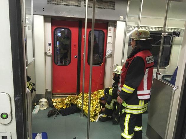 Durch Feuerwehrkräfte wurde bereits behandelte Patienten bis zum Abtransport betreut.