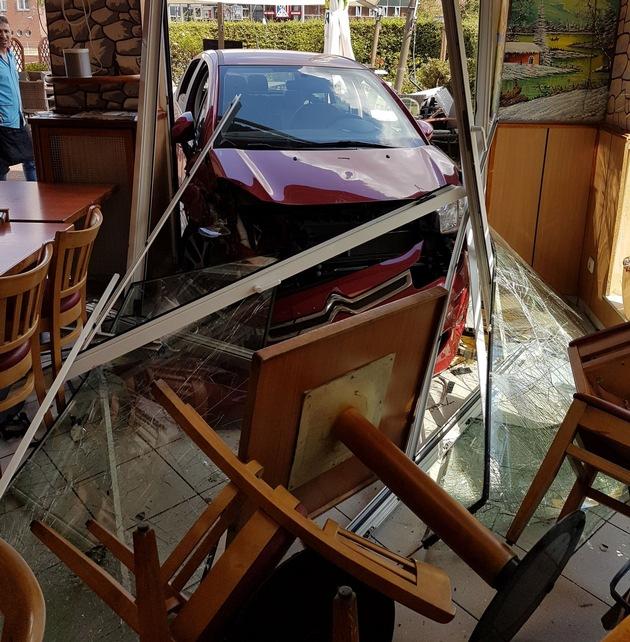 Fahrzeug und beschädigtes Inventar