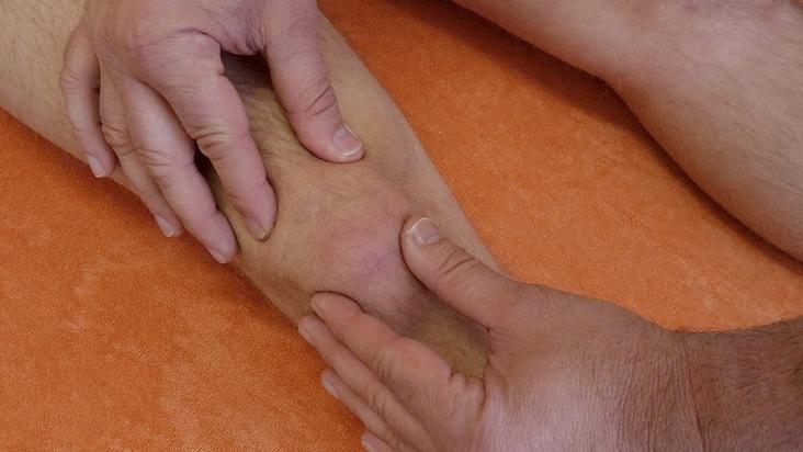 Osteopathische Behandlung am Knie