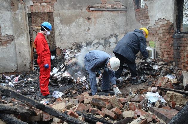 Brandexperten untersuchen die Brandruine