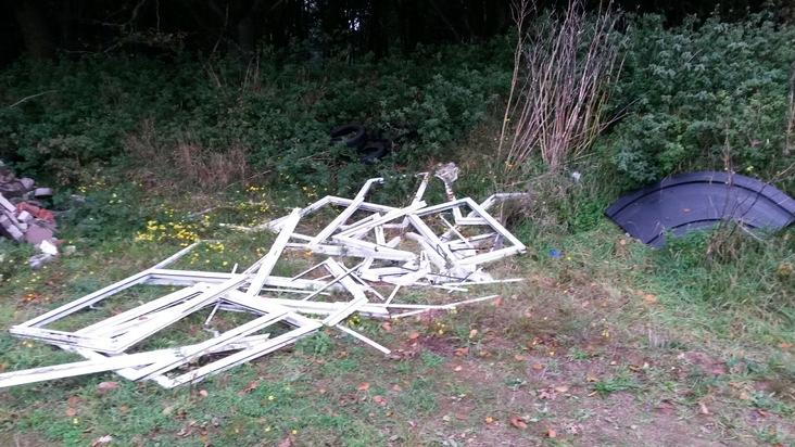POL-CUX: Abfall illegal in Sandkuhle entsorgt - Polizei ermittelt
