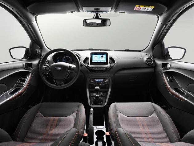 """Zur Serienausstattung aller Ford KA+ gehören künftig so angenehme Ausstattungsdetails wie elektrische Fensterheber vorne, Zentralverriegelung mit Fernbedienung, elektrisch einstellbare Außenspiegel, Berganfahr-Assistent, Geschwindigkeitsbegrenzer und das clevere Tanksystem Ford Easy Fuel - es verhindert das versehentliche Befüllen des Autos mit einer falschen Kraftstoffsorte. Sechs Airbags sorgen ebenso für ein hohes Schutzniveau wie das elektronische Sicherheits- und Stabilitätsprogramm und das Reifendruckkontrollsystem TPMS. Weiterer Text über ots und www.presseportal.de/nr/6955 / Die Verwendung dieses Bildes ist für redaktionelle Zwecke honorarfrei. Veröffentlichung bitte unter Quellenangabe: """"obs/Ford-Werke GmbH"""""""