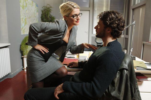 """Erotisch, sexy, verrucht: Jeanette Biedermann als """"Callgirl Undercover"""", am Dienstag, den 14. September 2010, in SAT.1 / Jeanette Biedermann so erotisch wie noch nie: Lasziv räkelt sie sich als vollbusige Blondine an der Stange. Im Großen SAT.1-Film """"Callgirl Undercover"""" verführt die hübsche Schauspielerin die Männer mit ihren sexy Kurven. Für das Multitalent waren die erotischen Szenen Neuland: """"Ich habe zwar schon sehr häufig in heißen Outfits auf der Bühne getanzt. An einer Stange dafür noch nicht so oft. Zur Unterstützung habe ich mir eine Pole-Dance-Lehrerin geholt."""" In der Krimi-Komödie wird Callgirl Lizzy (Jeanette Biedermann) unfreiwillig Zeugin eines Mordes und flüchtet ins Landeskriminalamt. Dort ergattert sie einen Job bei Morddezernatsleiter Conrad Maschner (Stephan Luca) und muss sich als tollpatschige Assistentin durch Aktenberge kämpfen. Auch im richtigen Leben hat Jeanette Biedermann oft mit der Polizei zu tun - """"immer im Zusammenhang mit der außerordentlich komplizierten Berliner Parksituation,"""" lacht die charmante Schauspielerin. Foto: © SAT.1/Daniela Incoronato / Dieses Bild darf bis 16. September 2010 honorarfrei fuer redaktionelle Zwecke und nur im Rahmen der Programmankuendigung verwendet werden. Spaetere Veroeffentlichungen sind nur nach Ruecksprache und ausdruecklicher Genehmigung der ProSiebenSat1 TV Deutschland GmbH moeglich. Verwendung nur mit vollstaendigem Copyrightvermerk. Das Foto darf nicht veraendert, bearbeitet und nur im Ganzen verwendet werden. Es darf nicht archiviert werden. Es darf nicht an Dritte weitergeleitet werden. Bei Fragen: 089/9507-1173. Voraussetzung fuer die Verwendung dieser Programmdaten ist die Zustimmung zu den Allgemeinen Geschaeftsbedingungen der Presselounges der Sender der ProSiebenSat.1 Media AG."""