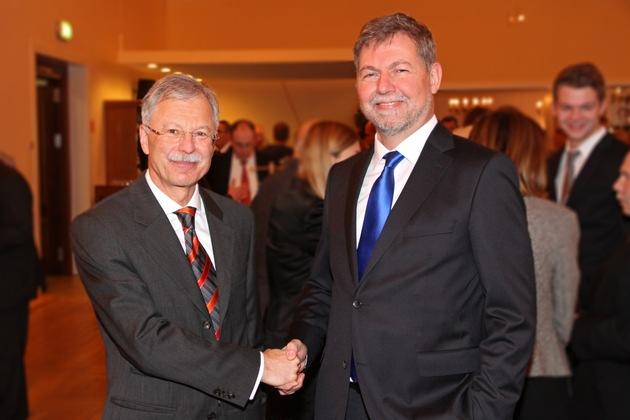 Christof Gramm (r.) folgt Ulrich Birkenheier (l.) als Präsident des MAD. Das Bild ist für die redaktionelle Nutzung unter Nennung der Quelle freigegeben.