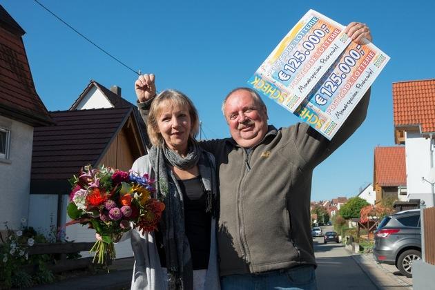 """Tübinger Ehepaar glücklich: Walter und Ingrid sind gerade um 250.000 Euro reicher geworden. Foto: """"Postcode Lotterie/Wolfgang Wedel"""""""