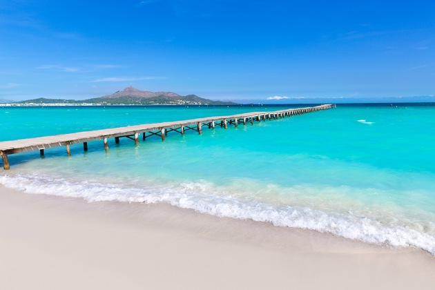 Wer nicht nur faulenzen möchte, sondern auch ein wenig Action am Strand mag, der ist hier an der Platja de Muro genau richtig ? Platz zwei im Urlaubsguru-Ranking. Foto: Urlaubsguru/iStock/LUNAMARINA