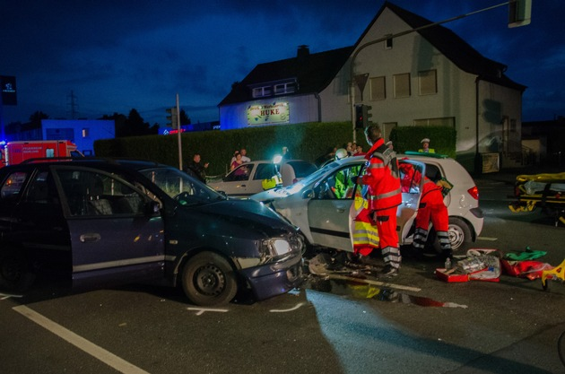 FW Menden: Verkehrsunfall - PKW kollidieren im Kreuzungsbereich
