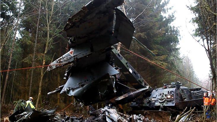 """Bergepanzer 3 """"Büffel"""" hebt ein Wrackteil des abgestürzten Tornados"""
