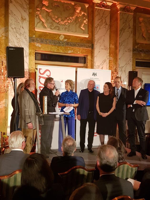 BILD zu OTS - Überreichung des Maecenas-Kultursponsoring-Preises für Kulturanbieter an Leopold Museum-Direktor Hans-Peter Wipplinger. Hans-Peter Wipplinger im Gespräch mit Barbara Rett.