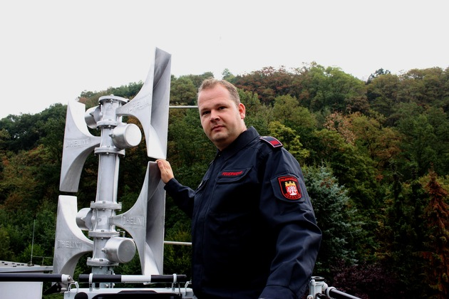 Hauptbrandmeister Dennis Tilcher aus Herdecke vor einer neu errichteten Sirene in Herdecke.