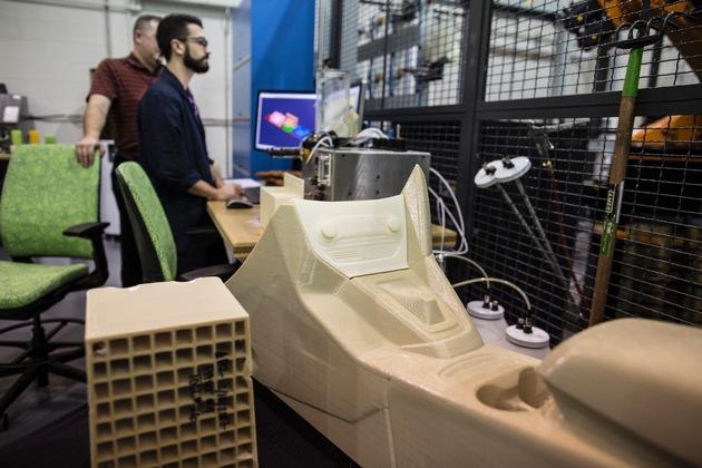 """Die Ford Motor Company testet in ihrem Forschungs- und Innovationszentrum in Dearborn/USA ab sofort 3D-Druck-Technologie im großen Maßstab. Zum Einsatz kommen """"Infinite Build 3D-Drucker"""" von Stratasys - das Unternehmen ist weltweiter Marktführer in der 3D-Druck-Technologie. Ford ist der erste Automobilhersteller, der die """"Infinite Build""""-Großdruck-Technologie von Stratasys probeweise verwendet. Der Konzern verspricht sich davon Effizienzsteigerungen bei gleichzeitiger Kostenreduzierung - insbesondere bei der Herstellung von Prototypen-Teilen oder kleinteiligen Komponenten mit geringem Produktionsvolumen, beispielsweise Spoiler-Elementen für Ford-Performance-Fahrzeuge. Weiterer Text über ots und www.presseportal.de/nr/6955 / Die Verwendung dieses Bildes ist für redaktionelle Zwecke honorarfrei. Veröffentlichung bitte unter Quellenangabe: """"obs/Ford-Werke GmbH"""""""