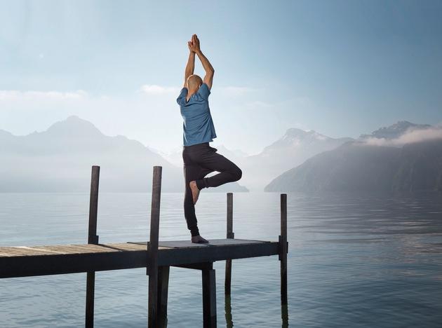 Yogis erweitern den Horizont mit Blick über den Vierwaldstättersee beim Yoga-Festival in Weggis.