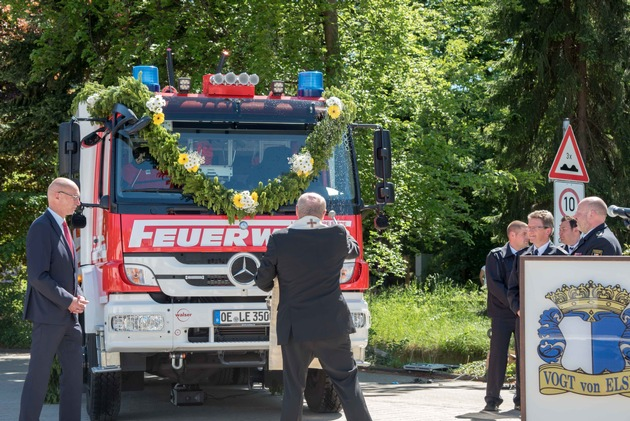 Segnung des neuen Tanklöschfahrzeuges der Löschgruppe Elspe durch Pastor Koke.  Foto: Karsten Grobbel