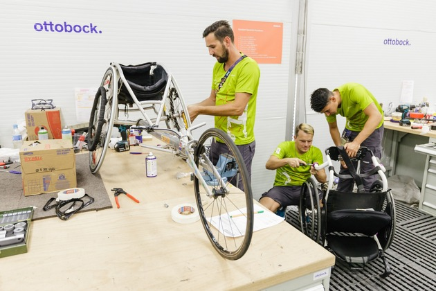 O&P professionals and wheelchair specialists in the workshop