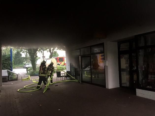 Ein Atemschutztrupp ging mit einem C-Rohr ins Geschäft vor. (Foto: Feuerwehr Haan)