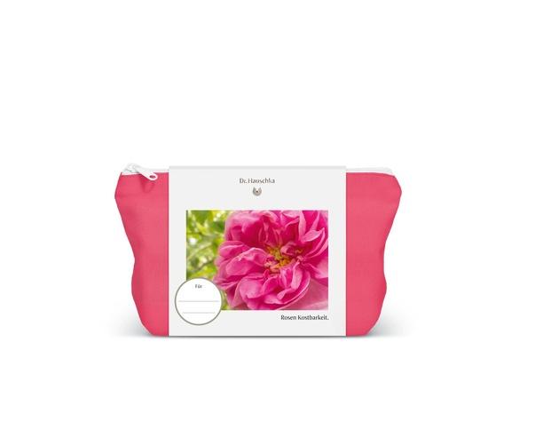 In der limitierten Dr. Hauschka Kosmetiktasche aus 100 % Bio-Baumwolle finden sich das Dr. Hauschka Rosen Pflegeöl in der 75-ml-Originalgröße sowie ein Lippengold Pflegestift