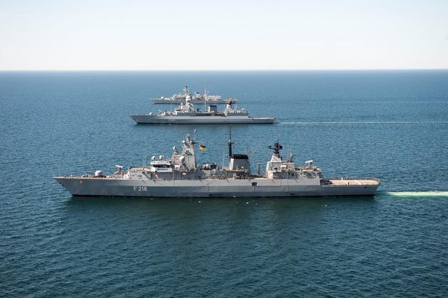 """Die Fregatte der Klasse F123 """"Mecklenburg-Vorpommern"""" (im Vordergrund), die Fregatte der Klasse F124 """"Hamburg"""" (Mitte) und die Fregatte HMS Montrose (Hintergrund) in Formationsfahrt."""