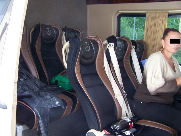 Innenaufnahme des kontrollierten Kleintransporters mit Sitzen zur Personenbeförderung
