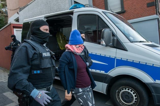 Die Hauptbeschuldigte wird abgeführt (Quelle: Bundespolizei).