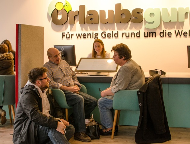 Das Paar aus Belgien ist begeistert von der unabhängigen Reiseberatung im ersten Urlausbguru Store in Unna. Foto: UNIQ