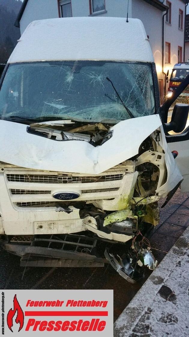 Nach der Kollision von zwei Fahrzeugen kam ein Kleintransporter schwer beschädigt in einer Zaunanlage zum Stehen.