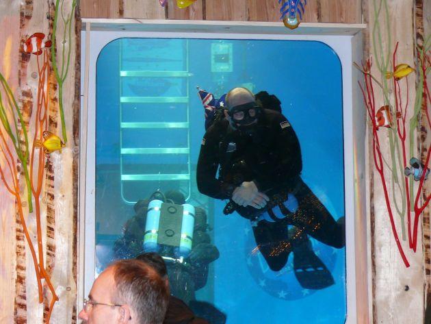 """Oberleutnant zur See Jens Höner bei einer Tauchvorstellung auf der """"boot 2007""""  Foto: Deutsche Marine"""