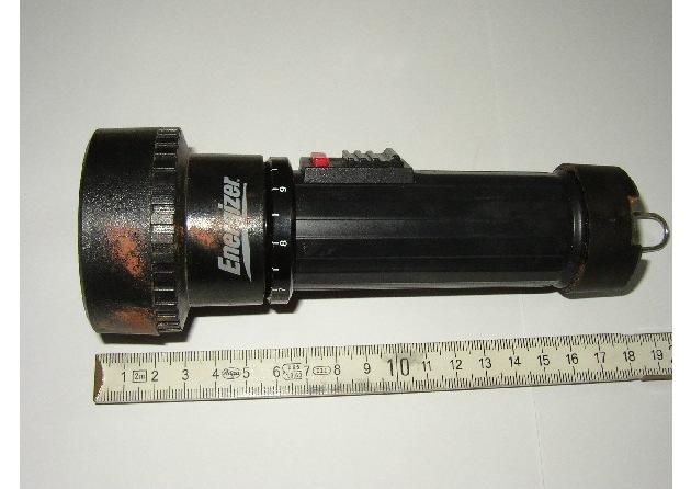 Bild 1: Taschenlampe der Marke Energizer Bild 2: Schlüssel