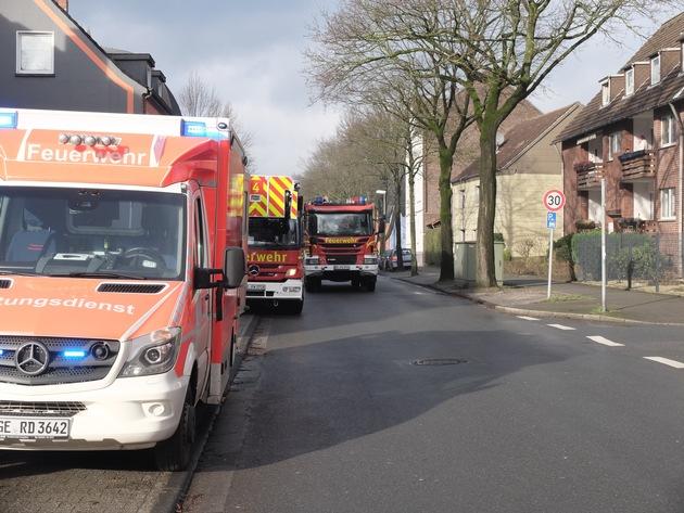 FW-GE: Rauchentwicklung aus Dachgeschoss - Ein Feuerwehrmann verletzt