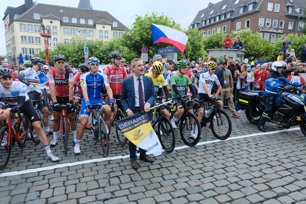 "Thomas Geisel, Mayor of the City of Düsseldorf, on 2 July 2017 at the start of the second stage of the Tour de France in the old town of Düsseldorf, © City of Düsseldorf/Michael Gstettenbauer. Weiterer Text über ots und www.presseportal.de/nr/53219 / Die Verwendung dieses Bildes ist für redaktionelle Zwecke honorarfrei. Veröffentlichung bitte unter Quellenangabe: ""obs/City of Düsseldorf/Michael Gstettenbauer"""