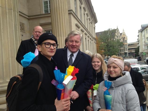 Bernd Althusmann (CDU) mit Waldorfschülerinnen und -schülern vor dem niedersächsischen Landtag