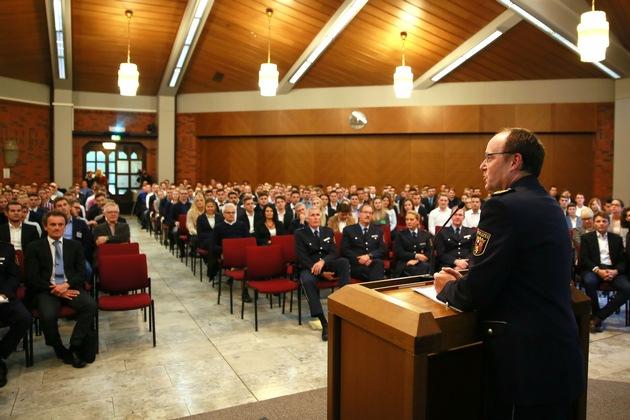 Der Direktor der Hochschule der Polizei Rheinland-Pfalz begrüßt die neuen Studierenden am Polizeicampus Hahn