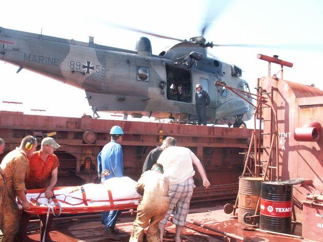 Marineflieger retten Brand-Verletzten auf der Elbe