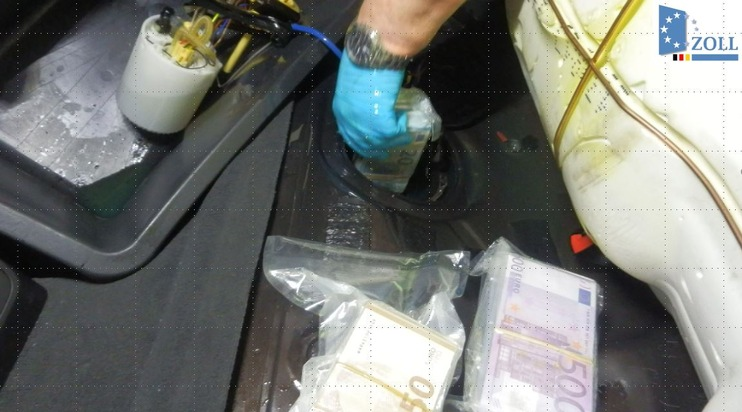 Versteckt im Tank des Pkw stellten die Ermittler die eingeschweißten Geldscheine fest.