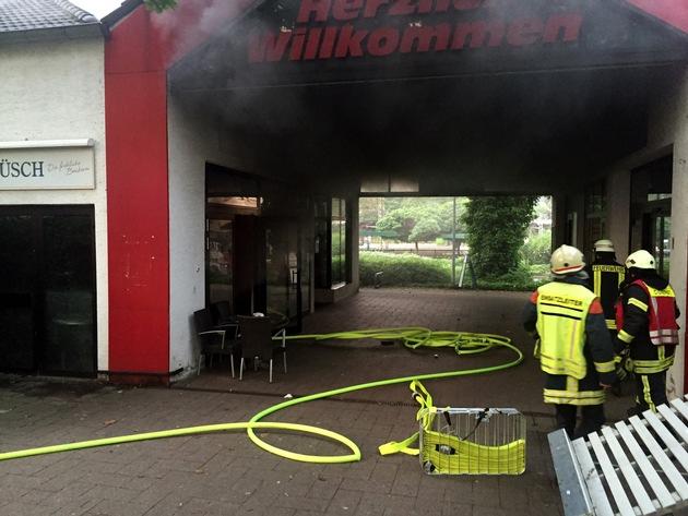 Aus der Bäckerei drang Rauch. (Foto: Feuerwehr Haan)